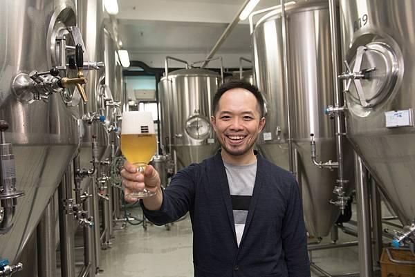 圖5.SUNMAI金色三麥酒廠副總經理凃宏慶Alex 親自導覽介紹全新快速充填設備