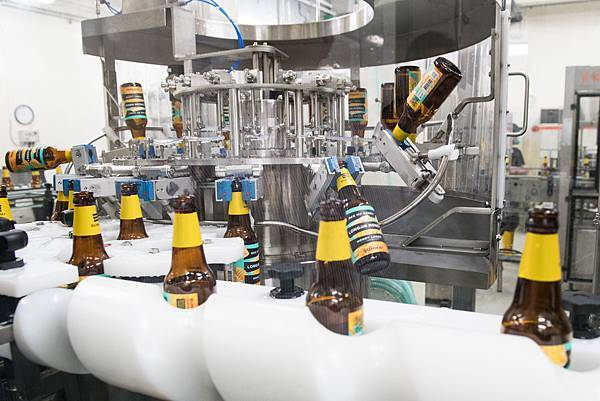圖2.SUNMAI金色三麥快速充填設備,可提升5倍產速、每小時充填5,000瓶,搶攻「快銷售」商機