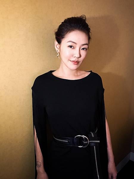 小S日前穿Michael Kors Collection早秋系列於北京宣傳新電影 吃吃的愛 (3)