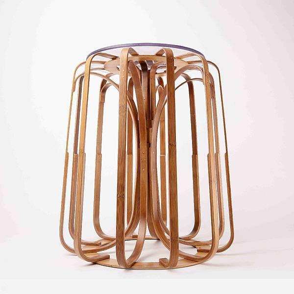 【新聞圖說二】台南應用科技大學學生作品 「Kala喀拉椅凳」以完美的幾何輪廓展現單椅的俐落線條,呼應Rado瑞士雷達表對設計的堅持與翻玩材質的品牌精神。