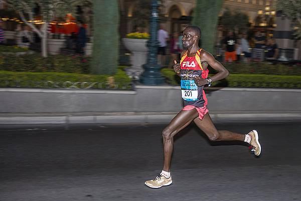 圖2.由FILA所贊助的肯亞冠軍跑者William Kibor,身穿KENYA RACER 3,以1小時零1分21秒刷新大會記錄,贏得拉斯維加斯...