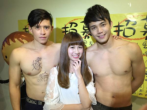 右起喬殷浩與胡偉裸肌,馨亞害羞