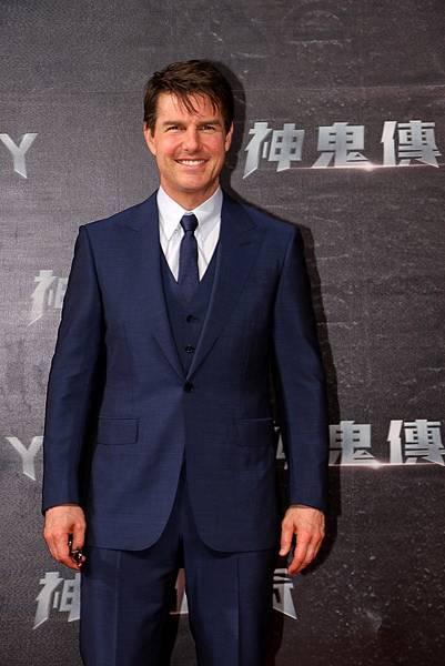 2. 湯姆 ‧ 克魯斯穿上Ermenegildo Zegna 深藍色量身訂製三件式單扣西裝更顯迷人紳士風采