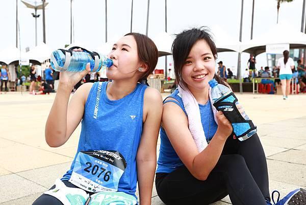 03 跑者對於大會不免費提供一次性紙杯當支持,手持水瓶負重跑完全程。