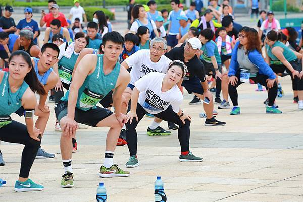 04 跑者用行動響應「自己的水自己補水」。