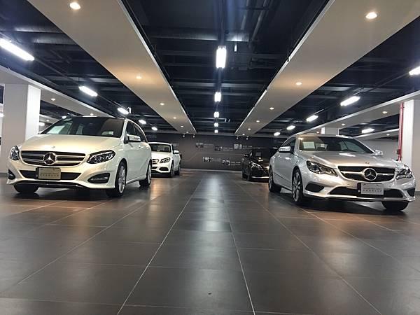 現代奢華的設計風格打造充滿時尚現代風的全新氛圍與品牌定位。包含Mercedes-Benz Select原廠精選中古車展區