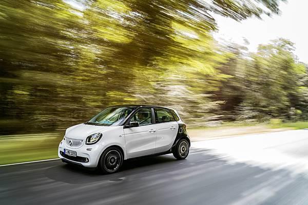 smart推出「4年4萬保養套裝+首期免付」,特定車型更享有「額外一年原廠延長保固」,即刻入主駛出自我新風格