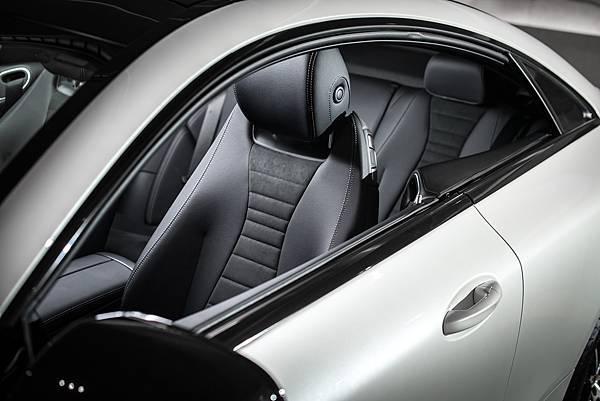 全新 E-Class Coupé運用當代美學,重新刻劃經典無窗框、無B柱設計,勾勒令人渴望的動人曲線