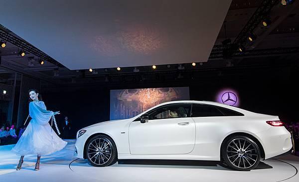 源自打造頂尖汽車工藝的德國,柔和的華爾滋帶出全新 E-Class Coupé優雅流線的車體造型