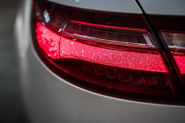 全新E Class Coupé細長型LED水晶暈光車尾燈設計,結合多光束LED智慧型頭燈帶來獨步全球的返家模式