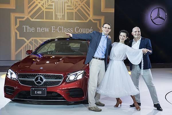 台灣賓士總裁邁爾肯(左)、轎車行銷業務的副總裁何睿思(右)與國標舞女王劉真(中),開心為全新 E-Class Coupé發表會揭開序幕