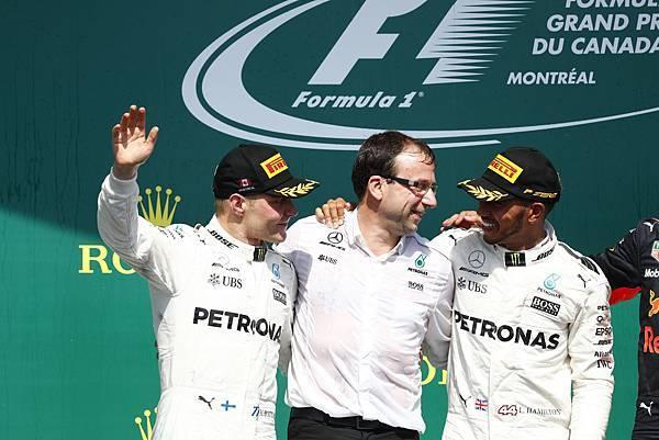 -Mercedes-AMG Petronas Motorsport車隊的Lewis Hamilton(右)奪得本站冠軍,隊友Valtteri Bottas(左)則獲得亞軍