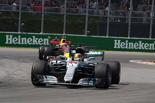 -Mercedes-AMG Petronas Motorsport於車隊積分排行榜上超越原本領先的Scuderia Ferrari車隊,豪取第一名寶座