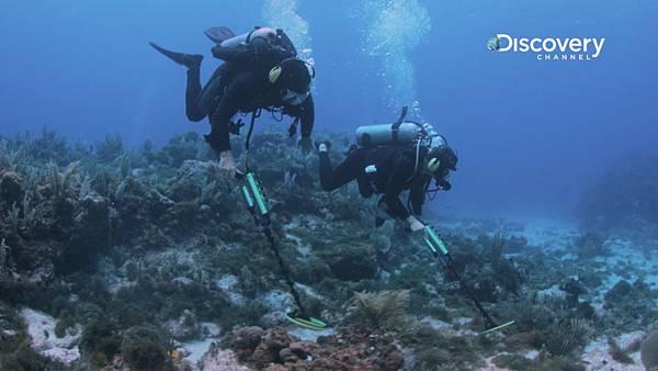 戴若跟潛水隊使用金屬探測器搜尋寶藏蹤跡