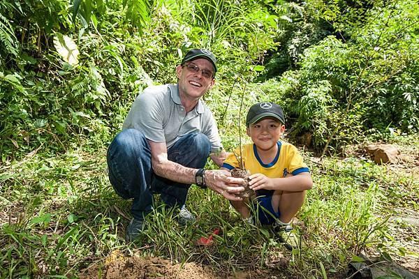 台灣賓士總裁邁爾肯帶領泰興國小學生種下希望之苗,期許能將環保的概念傳達下去。