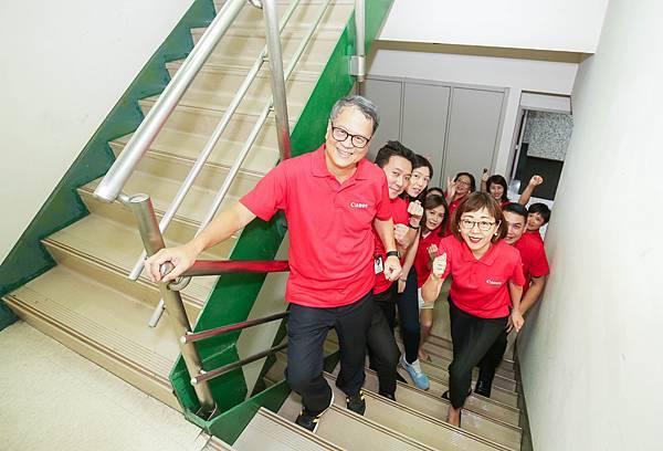 圖說四,Canon企業志工以爬樓梯登高方式代替搭乘電梯,用趣味闖關的方式一路登高,讓員工從活動中增加更多小常識,把環保觀念深植心中,進一步落實到生活中,培養低碳好習慣。