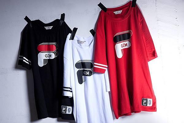 圖3.FILA X GTM 2017聯名系列短TEE,袖口設計經典線條,胸口以雙LOGO結合為圖樣,下擺繡上聯名織標,呈現出紳士氣質和街頭況味。