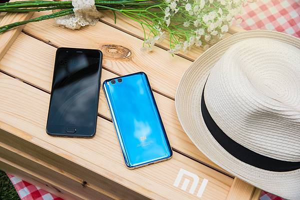 小米台灣於今日舉辦夏季新品發佈會,推出年度旗艦級手機小米6,將於7月中旬在mi.com開賣亮藍版,售價12,699元,陶瓷尊享版售價12,999元,將於7月中旬由mi.com與遠傳電信獨家開賣。