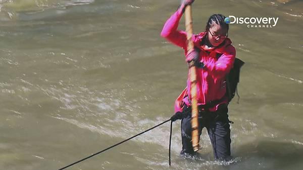 在湍急的河流中 傅�@慧�{靠一支竹竿�平衡自己 深怕摔倒