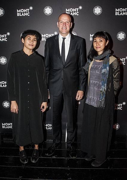 萬寶龍文化基金會委員Jens Henning Koch與菲律賓藝術家Katherine Nuñez、Issay Rodriguez合影