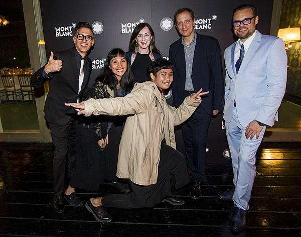 菲律賓藝術家Katherine Nuñez和Issay Rodriguez俏皮與萬寶龍文化基金會長官們合影