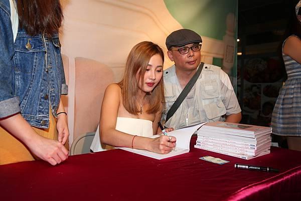少少為粉絲簽書及合照