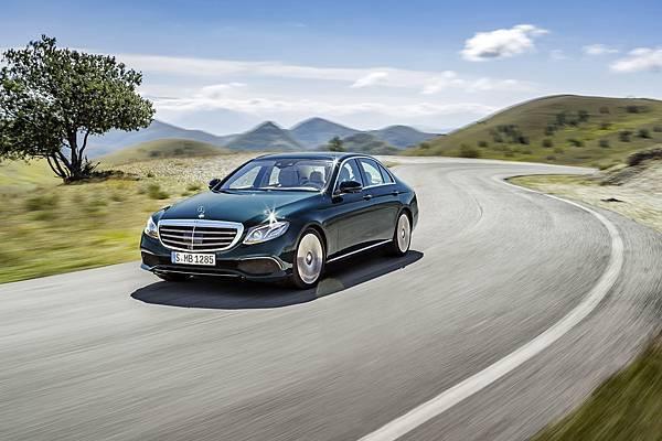 The new E-Class全球銷量氣勢如虹,本月入主新車享「一年乙式保險」
