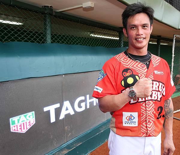 TAG Heuer頒贈Aquaracer紅圈腕錶予2017 CPBL中華職棒明星賽全壘打王陽耀勳