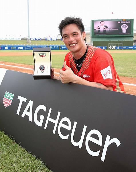 2017 CPBL中華職棒明星賽全壘打王陽耀勳獲得TAG Heuer頒贈Aquaracer紅圈腕錶