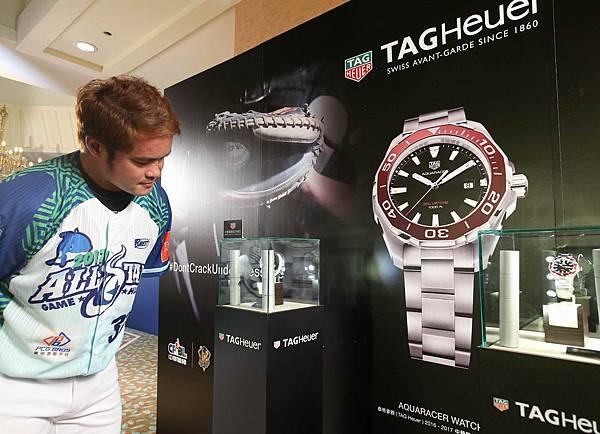 三商美邦白隊林智勝於記者會時,至TAG Heuer展櫃欣賞腕錶