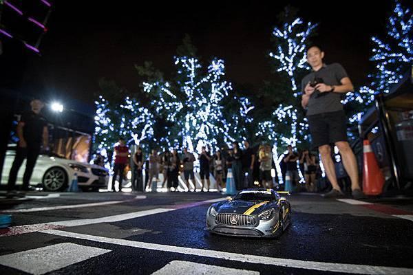 AMG性能館外的迷你遙控車賽道讓大小朋友體驗「掌控」高速賽車的激情感受