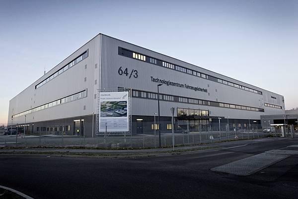Mercedes-Benz於主被動安全科技研發領先車壇,更於2016年完成耗資上億歐元打造的車輛安全技術中心