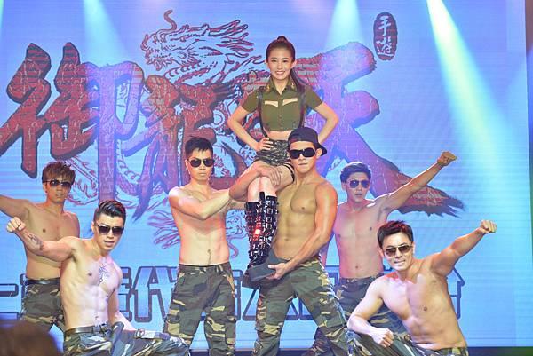 郭書瑤首扮女軍官代言手機遊戲「御龍在天」小鮮肉帥氣端出場