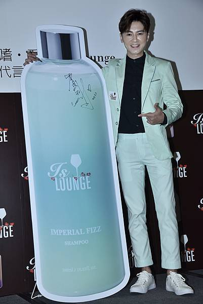 圖說3:李國毅與專屬產品王者親吻洗髮精合照(IS Lounge提供)