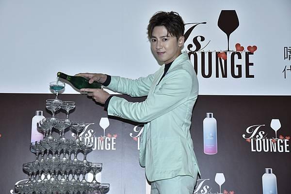 圖說4:慶祝李國毅首次接下洗髮精代言,IS Lounge準備香檳塔預祝專屬產品大賣(IS Lounge提供)