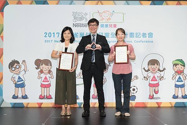 雀巢健康兒童計畫利用種子教師方式與嘉義市、宜蘭縣,及其他縣市重點學校合作, 台灣雀巢總經理何文龍頒發感謝狀給老師