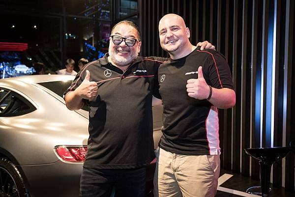 台灣賓士轎車行銷業務處副總裁Markus Henne(右)與知名賽車主播Robin龔懷主(左)一同為Mercedes-AMG Petronas Motorsport車隊的優異表現喝采