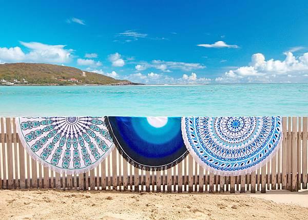 Vagabond-迷樣藍湖海灘巾$3,580(中) Vagabond-圖騰海灘巾$3,580 (右)