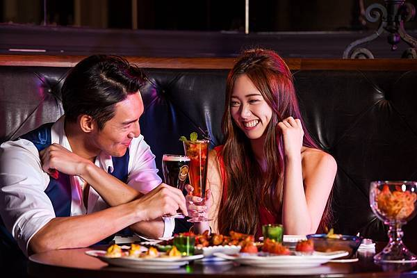 圖5.金色三麥餐廳打造全新概念酒吧空間Sky Bar,創新風格台式風味啤酒調酒與經典派對小食,讓約會夜晚更盡興。