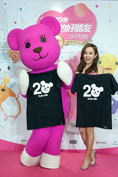 圖說2:MOMO熊送上專屬潮T給愛紗,認證兩人結為親密「萌」友。