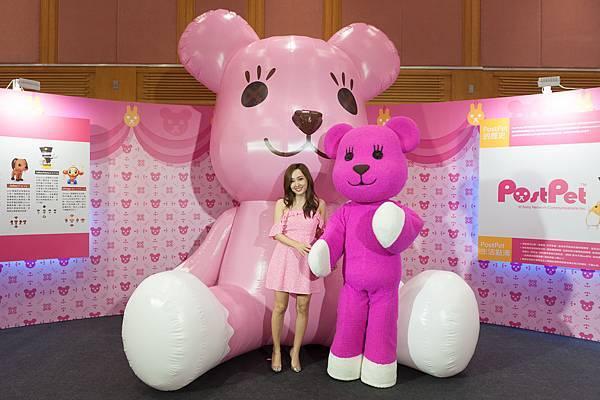 圖說3:全球最大3米高MOMO熊,讓愛紗忍不住大呼想與MOMO熊同居。