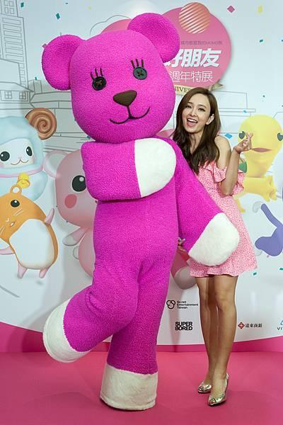 圖說1:「MOMO熊與他的好朋友20週年特展」請來新娘子愛紗擔任活動大使, 與MOMO熊都散發超強粉紅色氣場。