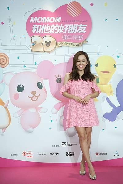 圖說4:MOMO熊最佳萌友身兼活動大使的愛紗,以一襲粉色俏麗洋裝造型亮相。