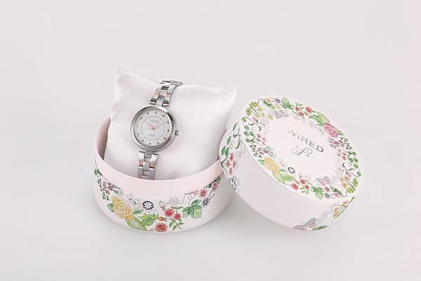 WIRED f X布川愛子限定款,隨錶附上以豐富自然景物妝點的專屬錶盒。