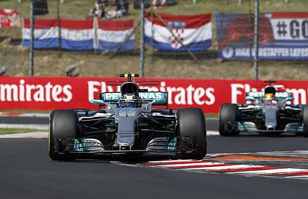 Lewis Hamilton於最後彎道將第三名位置還給隊友Valtteri Bottas,展現君子風度也展現車隊策略的靈活運用
