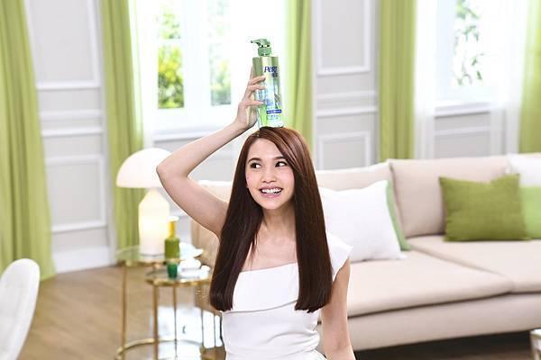 楊丞琳拍攝飛柔全新廣告,現場與產品俏皮互動、笑聲不斷,自然不做作的個性展露無遺。