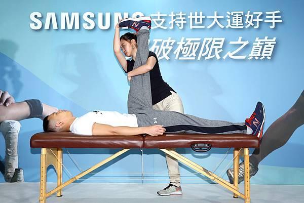 三星應援團-運動運動傷害防護員協助吳浚鋒伸展肌肉回復肌力