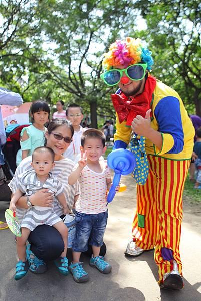 亞尼克寫生比賽現場活動豐富多元,小丑折氣球吸引親子參與遊玩