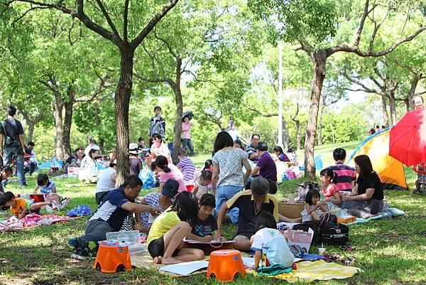 亞尼克寫生比賽吸引超過3,000對親子、累積逾一萬人齊聚大安森林公園,共募集到近6萬小時親子陪伴,期許喚起家長對於親子陪伴的重視