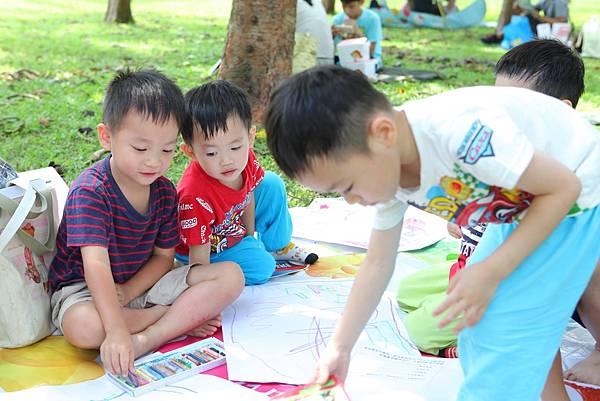 亞尼克寫生比賽現場讓孩子一同野餐、繪畫、攤位互動,歡樂Fun暑假